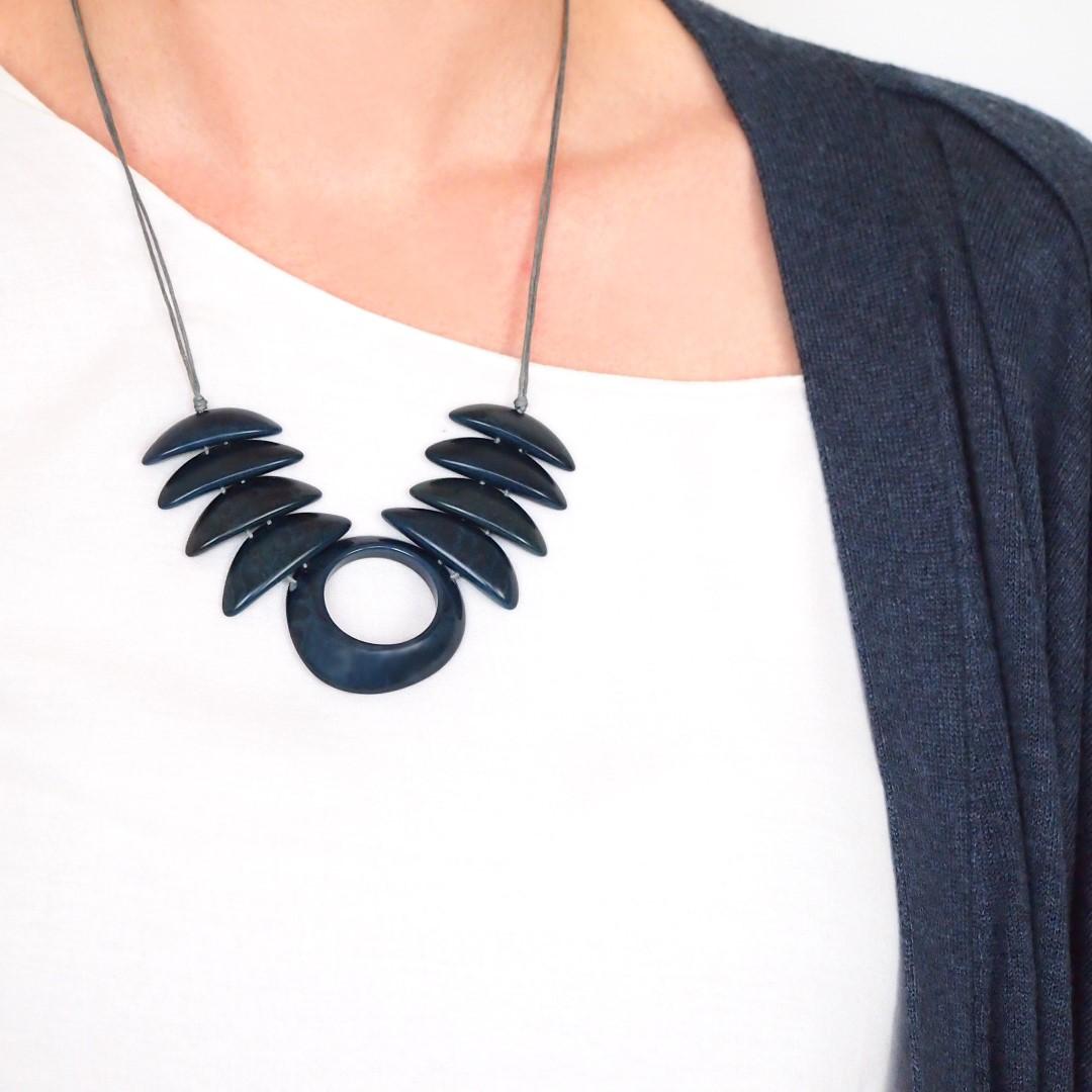 collier en ivoire v g tal cerceta fait main bleu chic authentique et thique. Black Bedroom Furniture Sets. Home Design Ideas
