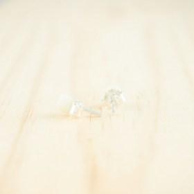 Boucles d′oreilles puces en ivoire végétal et argent 925 Coletoile faites main | Blanches