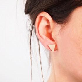 Boucles d′oreilles triangles ARPIA blanc faits main éthique
