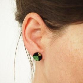 Boucles d′oreilles en Calebasse séchée Q 12mm Noir-Vert Claire-Beige faites main éthique