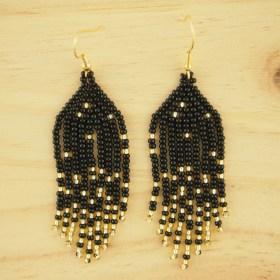 Boucles d′oreilles en perles C noires-dorées faites main