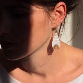Boucles d'oreilles en perles P blanches-dorées faites main