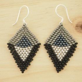 Boucles d'oreilles en perles R Noir-gris fait-main