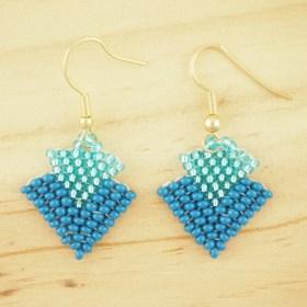 Boucles d′oreilles en perles T bleu faits main argent 925