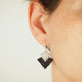 Boucles d′oreilles en perles T noires-argentées faits main