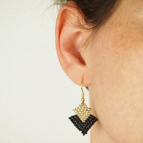 Boucles d'oreilles en perles T noires-dorées faits main