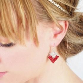 Boucles d'oreilles en perles T rouges-argentées fait-main