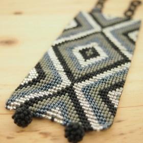 Bracelet perles Okama noir, gris losanges fait main
