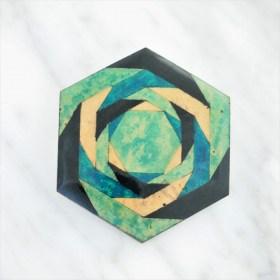 Broche en Calebasse séchée fait main | Hexagone 4cm Vert - Noir - Beige