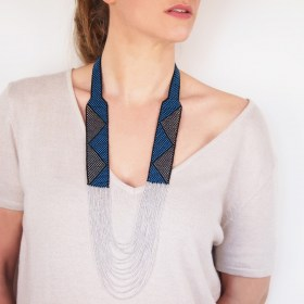 Collier perles Arpia bleu-noir-argenté fait main éthique