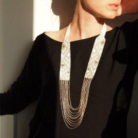 Collier perles Arpia blanc-dore fait main éthique
