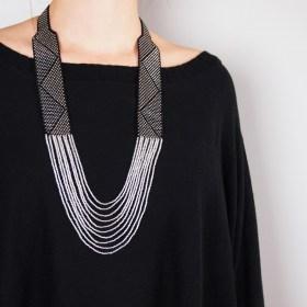 Collier perles Arpia noir-argenté fait main éthique
